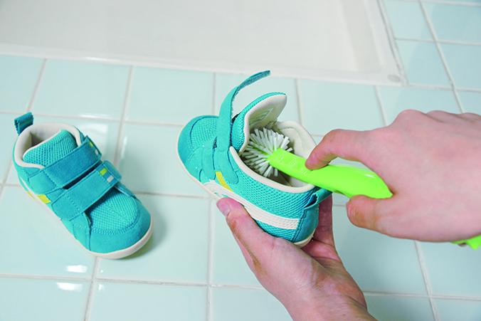 靴の上下を『ぐるぐる洗えるシューズブラシ・2色組』